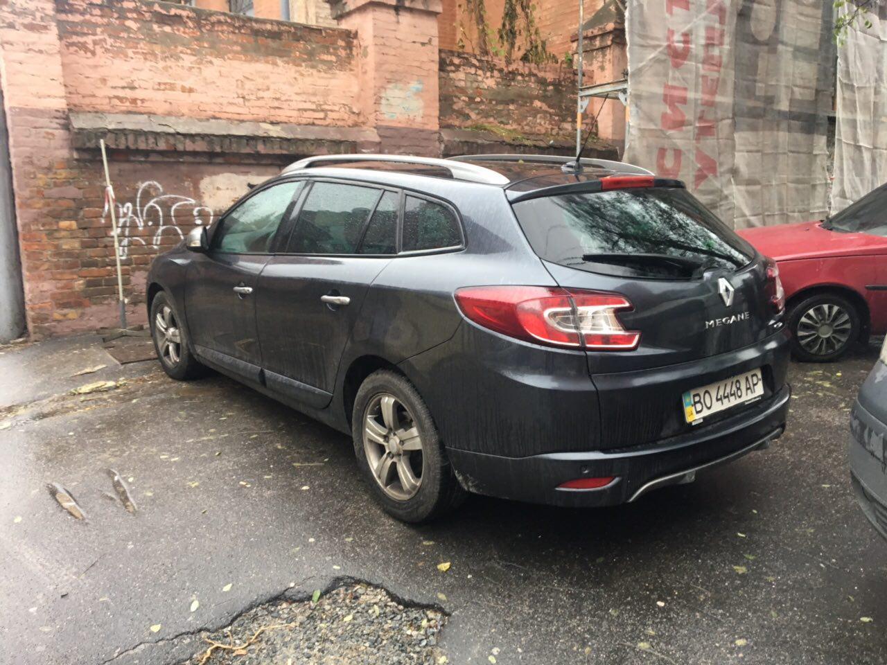 Припаркун чуть-чуть не дотянул до стены