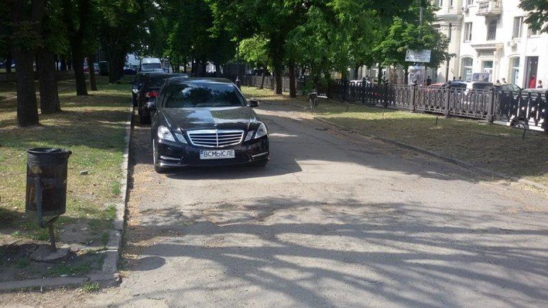 Mercedes припарковался на аллее