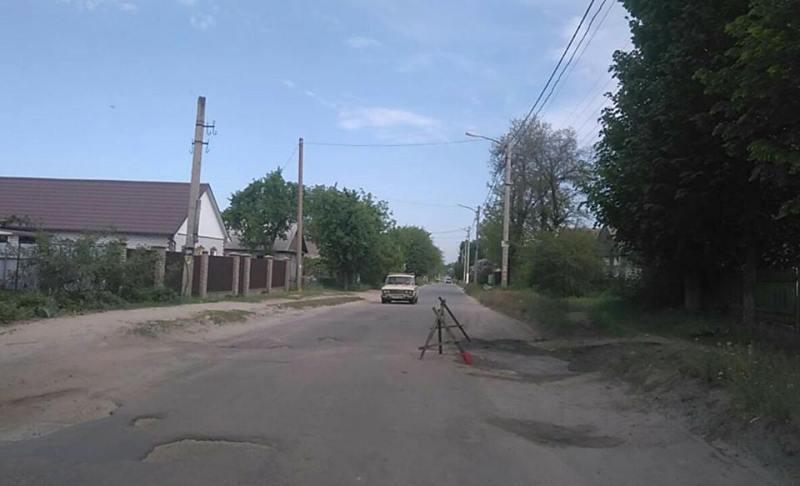 Жители своими силами ремонтируют дорогу