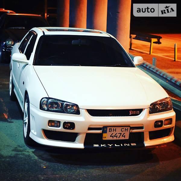 Белый Седан Nissan Skyline 2000 года