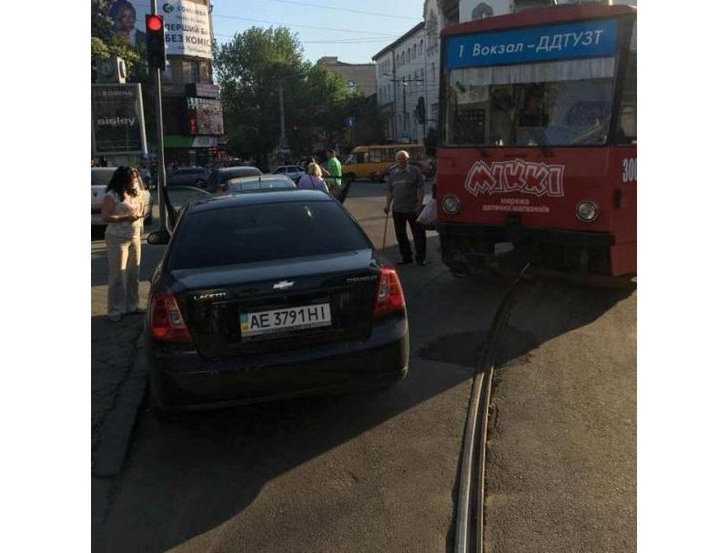 Авто заблокировало движение трамваем в центре Днепра