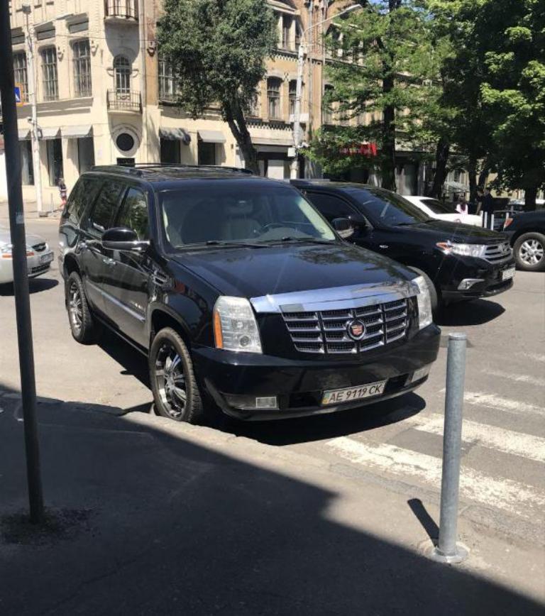 Cadillac Escalade с зеркальным номером АЕ 9119 СК