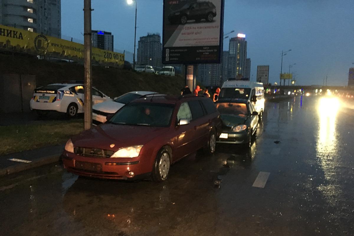 Лужа посреди дорога стала причиной аварии в Киеве