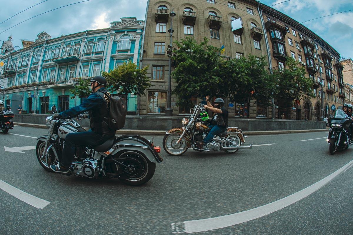 Байкеры басистым ревом нарушили тишину главных улиц столицы