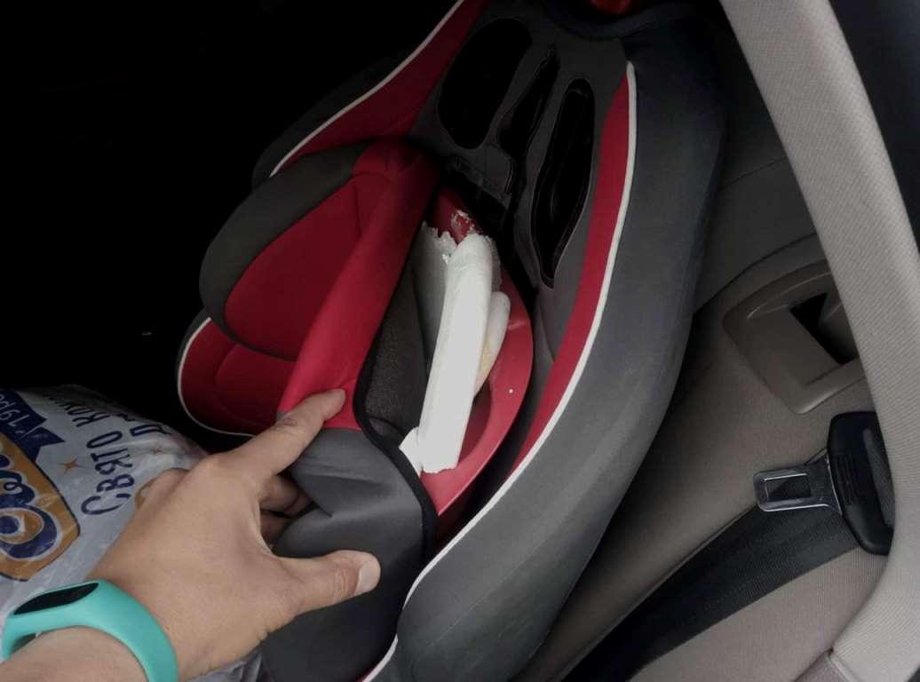 Помимо разбитого стекла, в результате действий воров в автомобиле осталось сломанное детское кресло