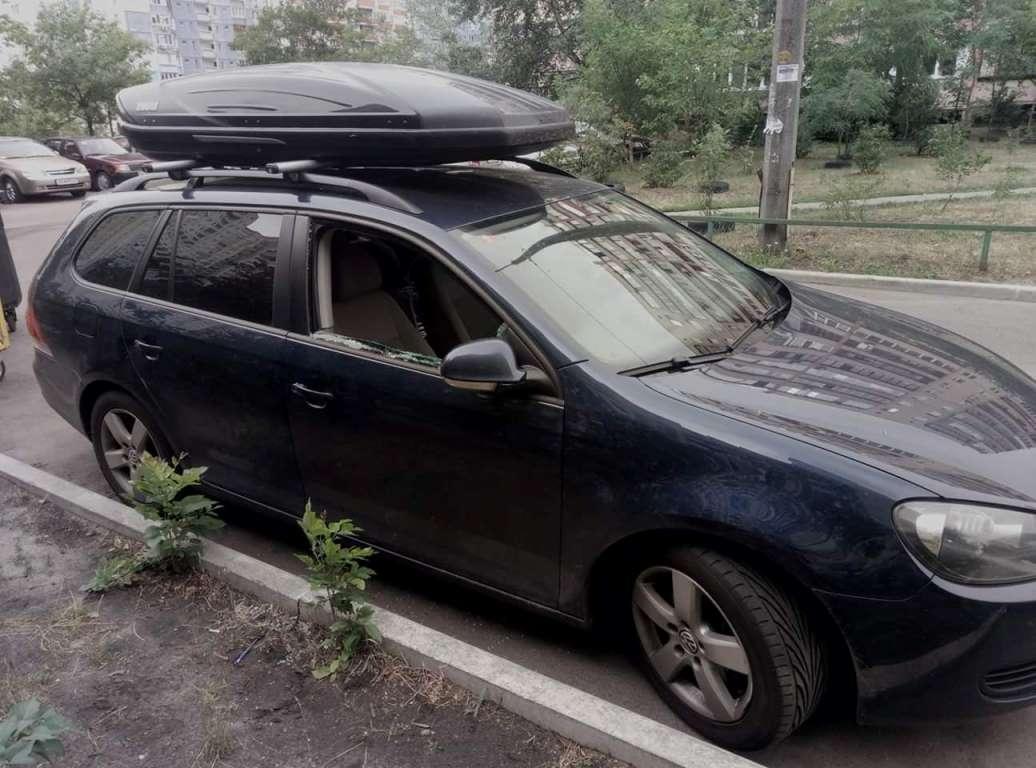 На Троещине из VW Golf похитили личные вещи, разбив окно