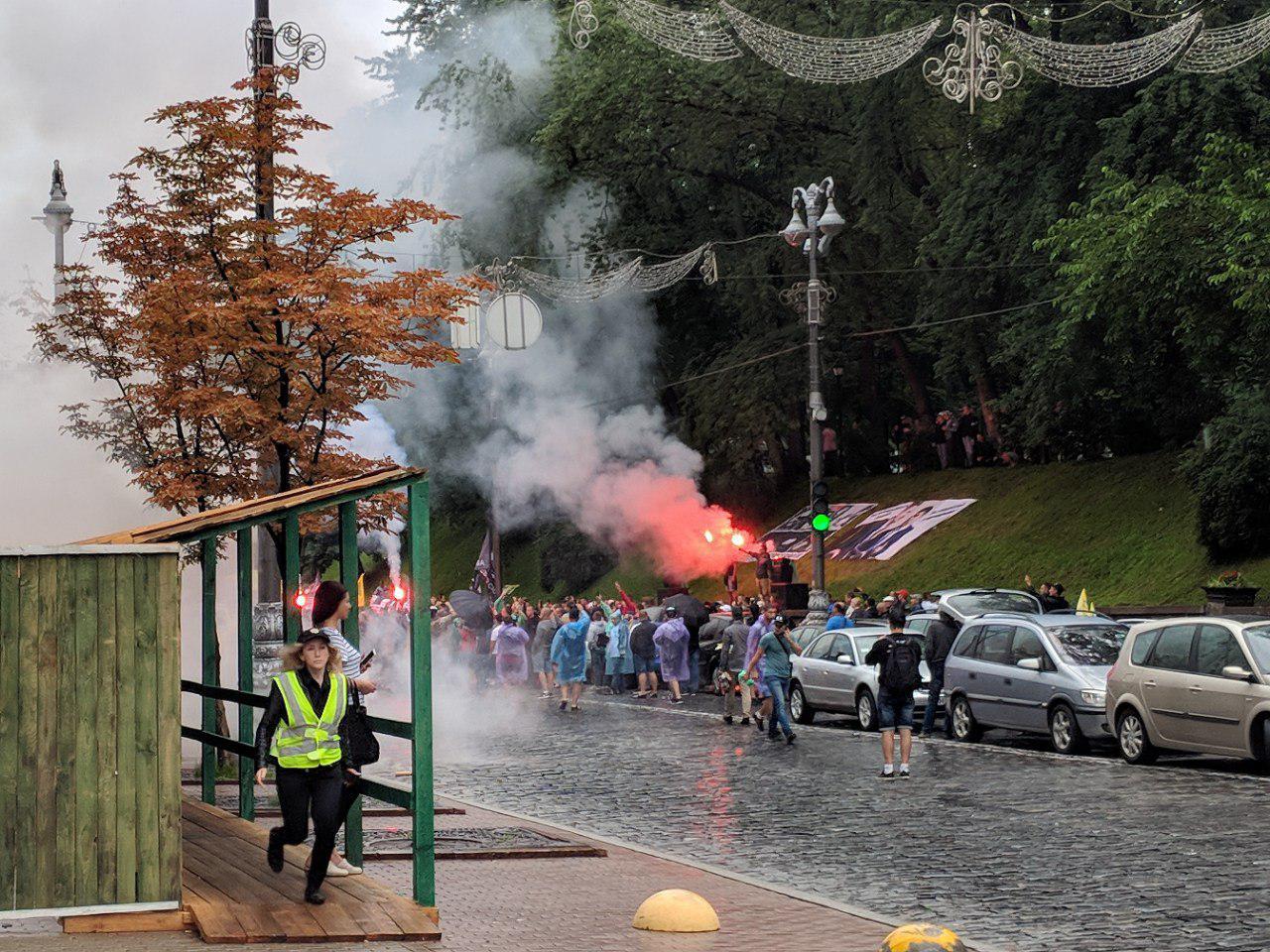 В ход шли дымовые шашки во время митинга (фото очевидцев)