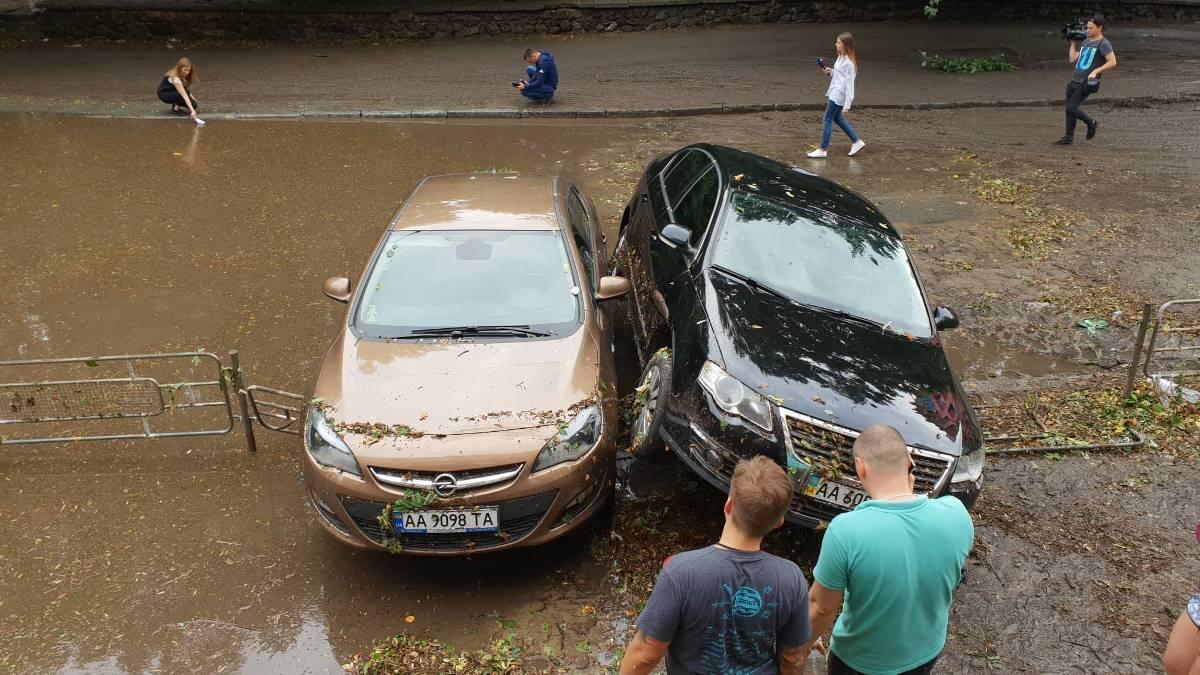 Потоком воды машины занесло на забор