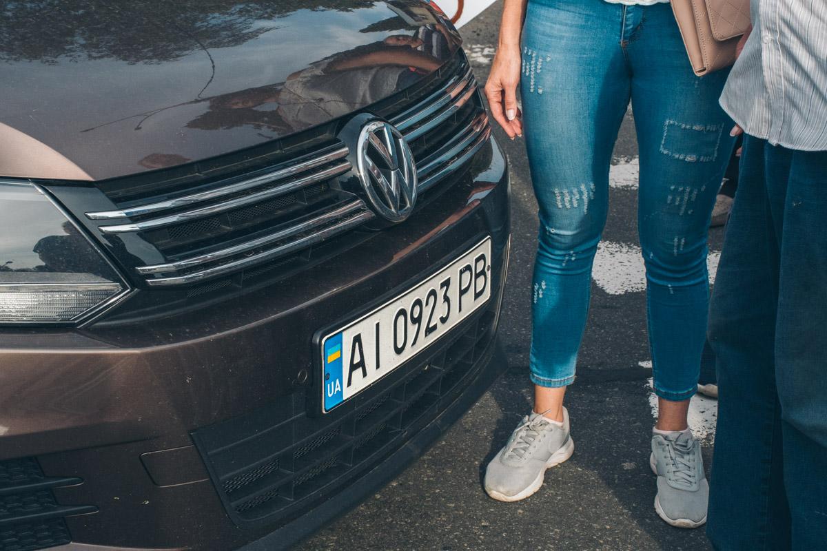 Водитель Volkswagen Tiguan ехал просто на людей по тротуару