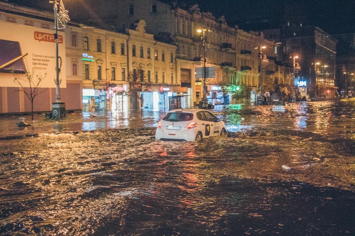 Таксисты с трудом пробивались через затопленные улицы