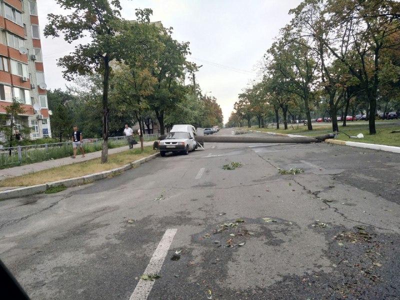 """На одной из улиц Киева """"пирожок"""" поделило пополам упавшим от шторма столбом"""