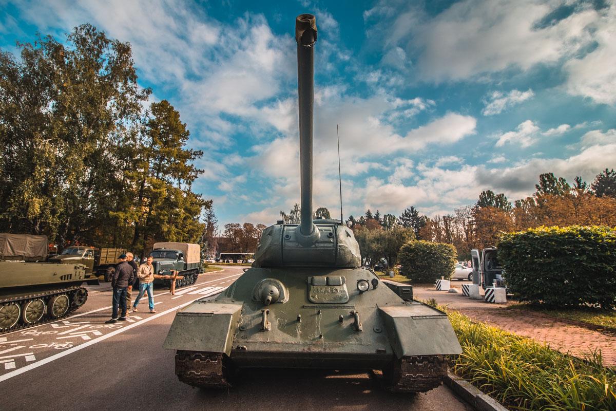 Помимо военных грузовиков, со Второй мировой добралось и несколько танков