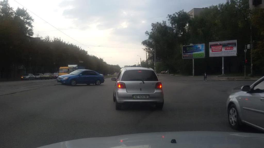 Toyоta выкатилась на перекресток на красный сигнал светофора.