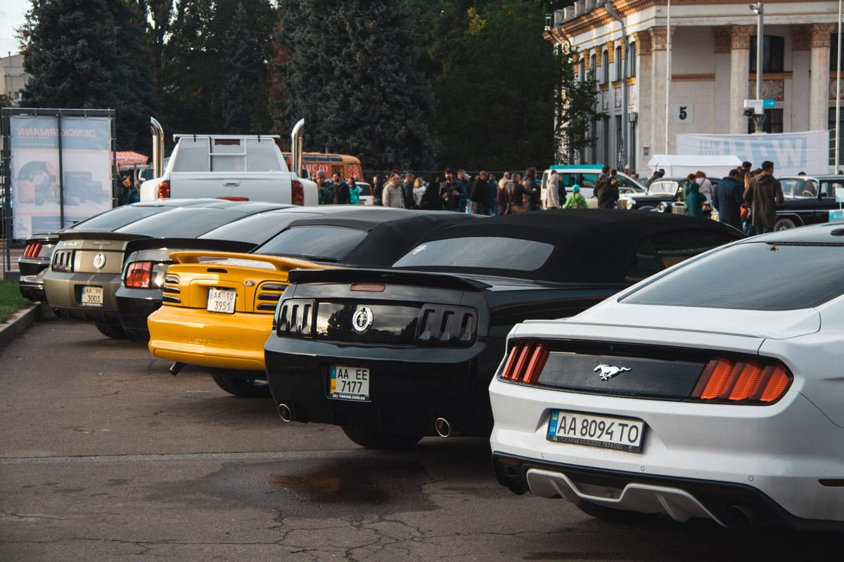 Несколько поколений Ford Mustang