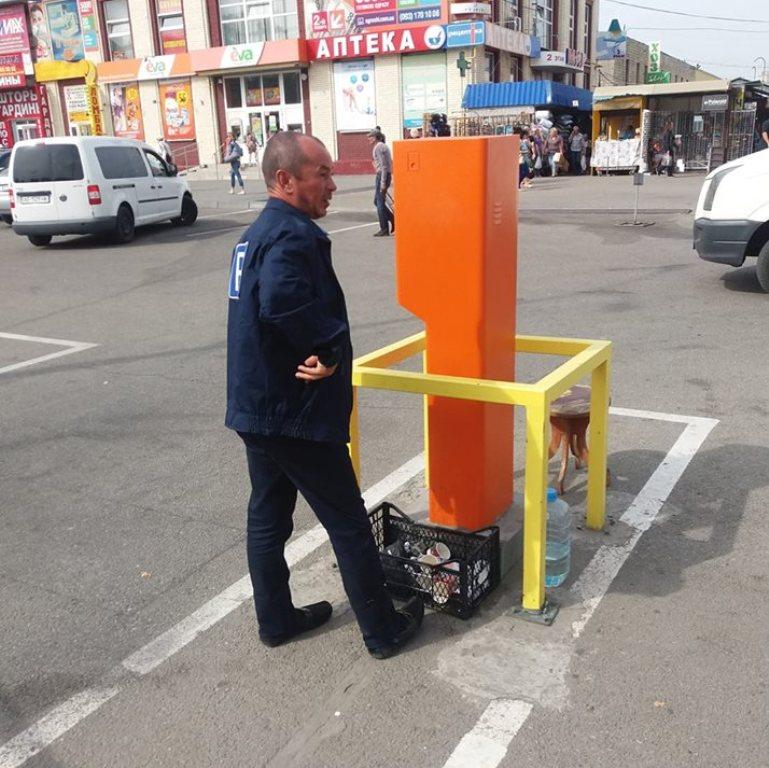 В Днепре из-за неработающих терминалов автомобилист не мог выехать с парковки