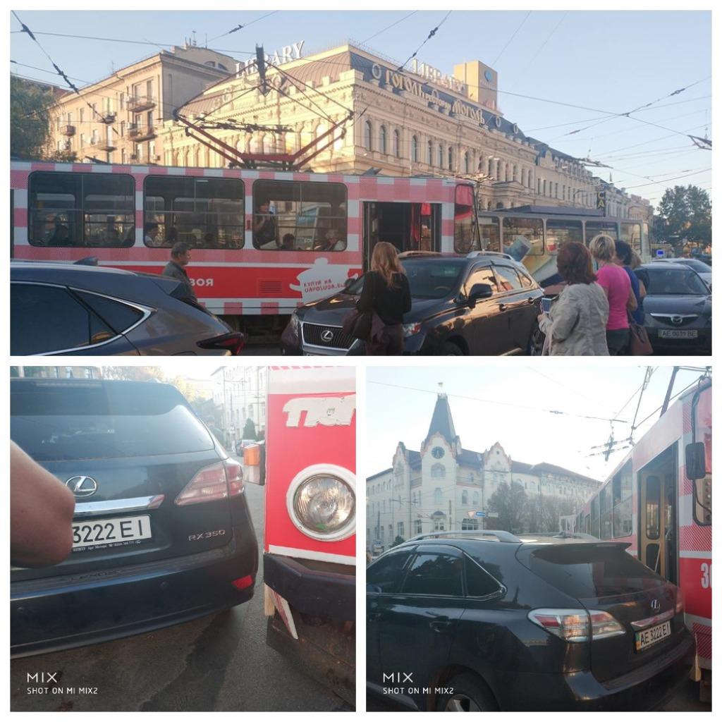 Lexus заблокировал движение трамваю