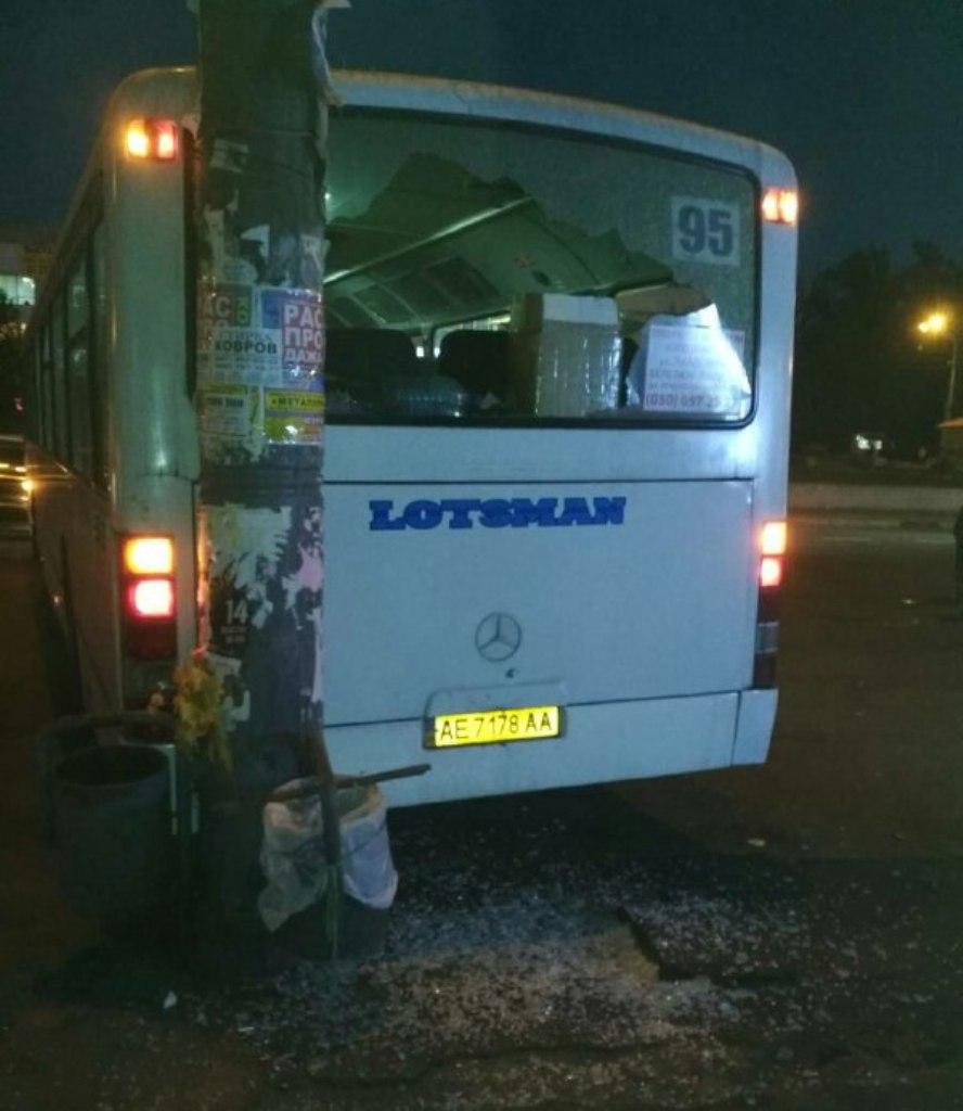 Автобус припарковался в столб