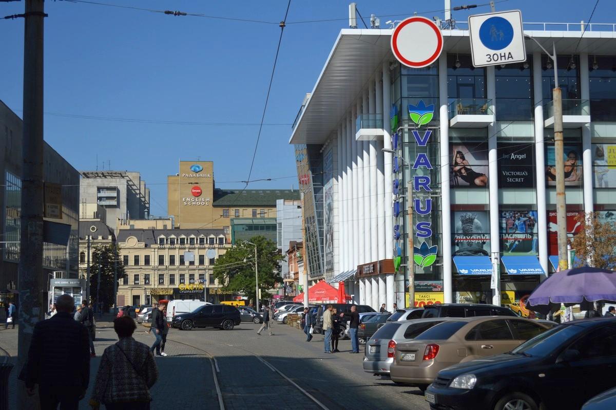 Такие же знаки и с другой стороны улицы