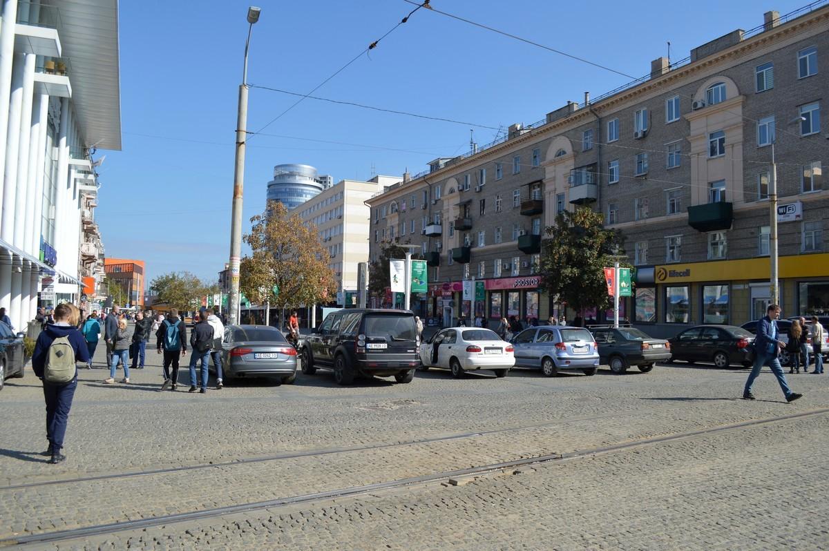 Стихийная парковка на главной площади города