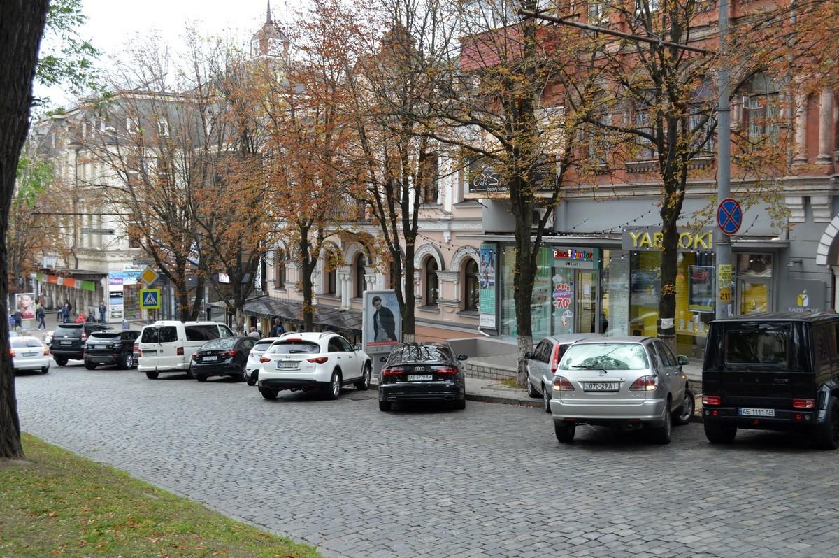 В зоне действия знака припарковано 10 авто - нарушителей