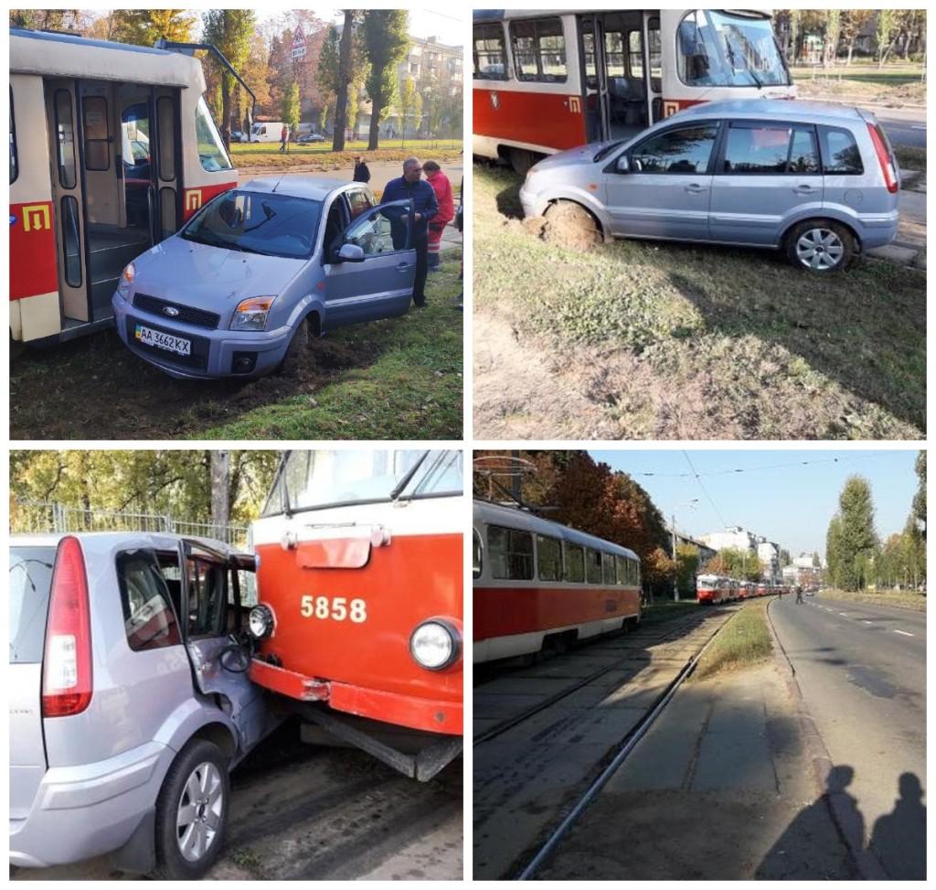 В Киеве Ford столкнулся с трамваем