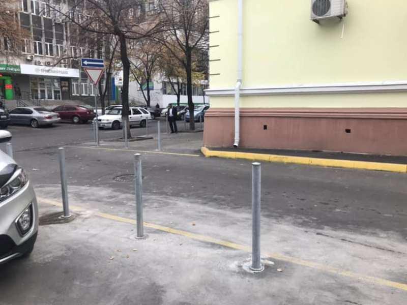 Столбики затрудняют разъезд транспорта