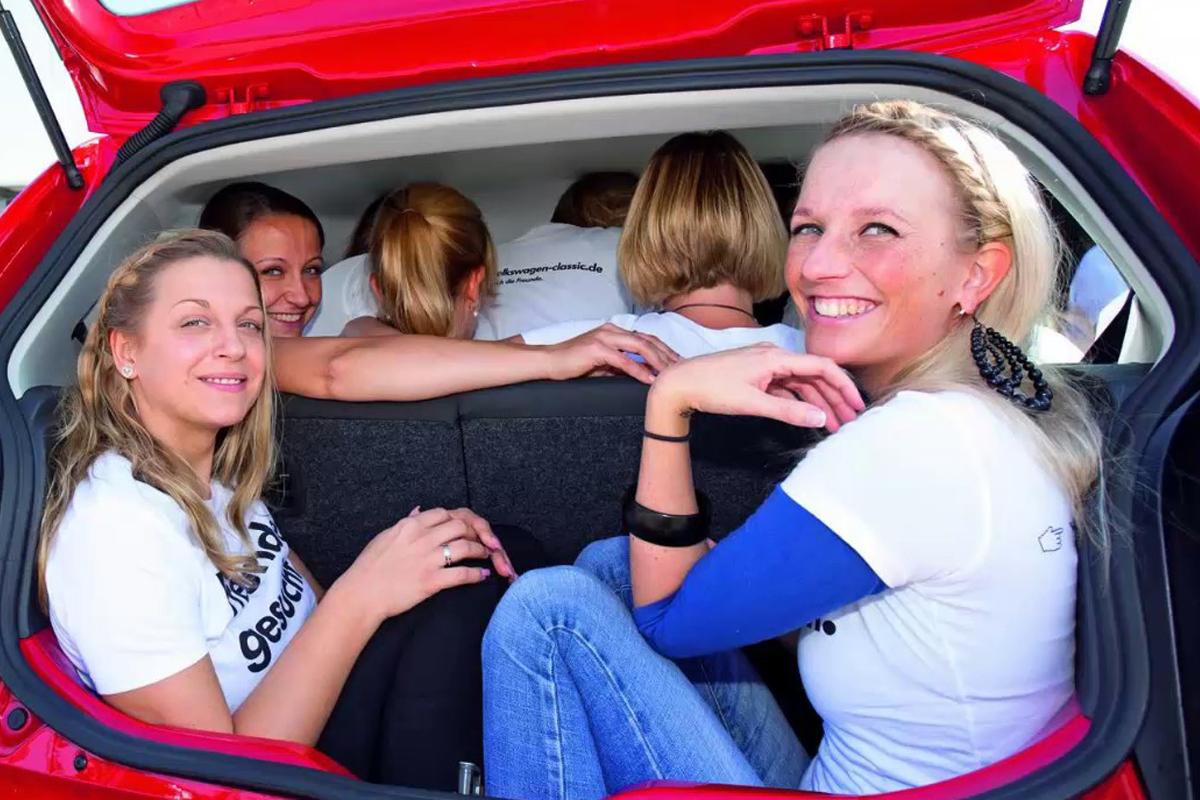 Большое количество людей в машине