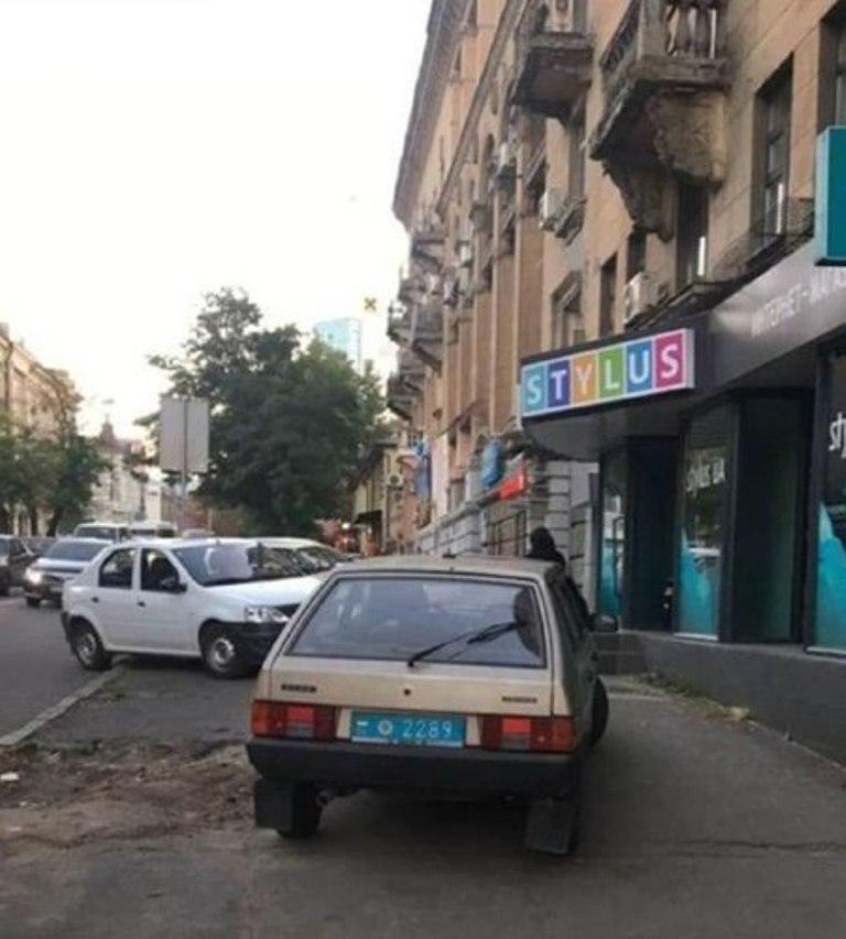 ВАЗ-2109 с номером 2289 заехал на средину тротуара