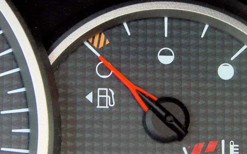 Стрелочка указывает на сторону с бензобаком