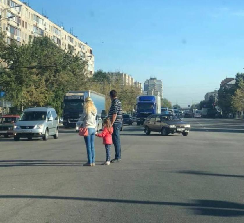 Семья переходит дорогу на Слобожанском