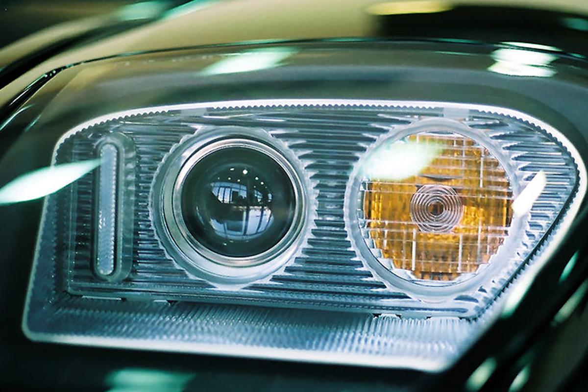 Цифра 100 на фарах Ford GT