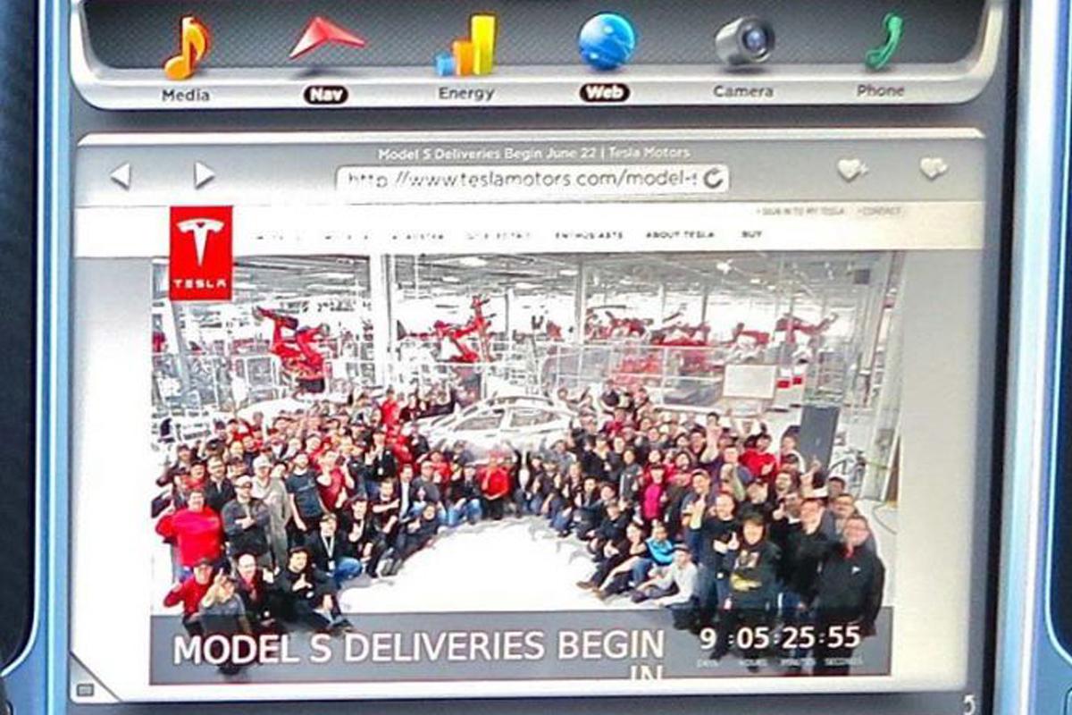 Тачскрин Tesla Model S P85 таит секрет