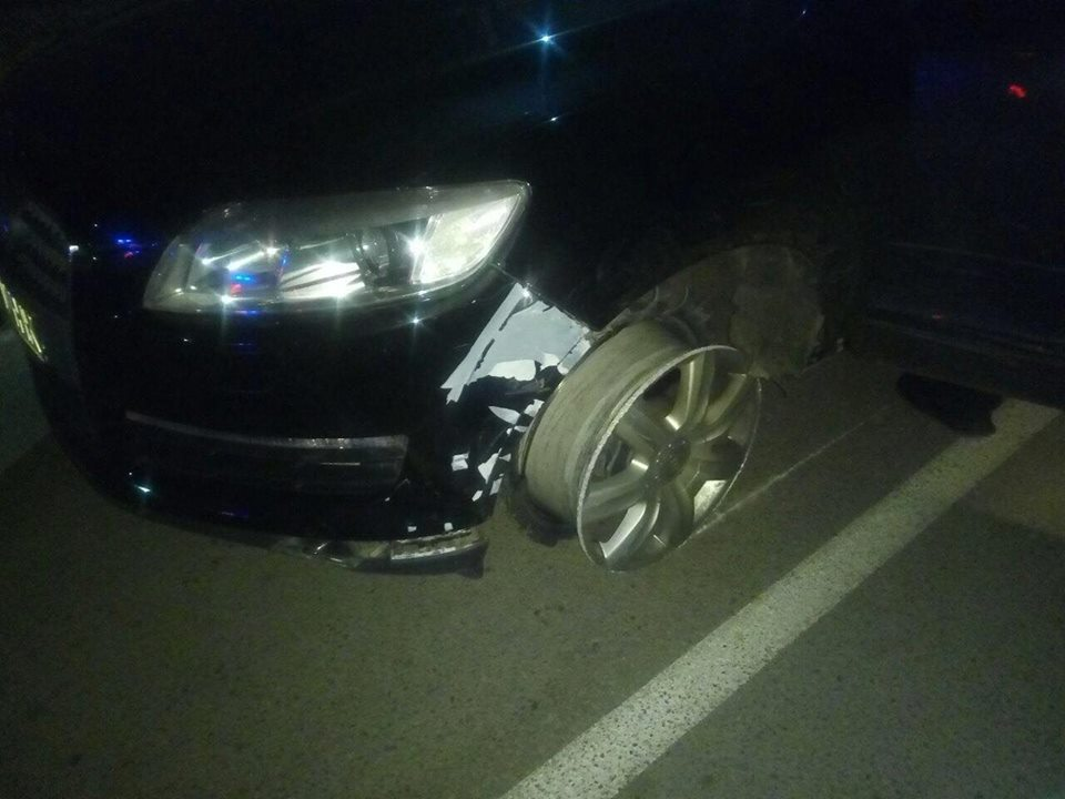 Водитель Audi Q7, уходя от преследования, столкнулся с полицейским автомобилем