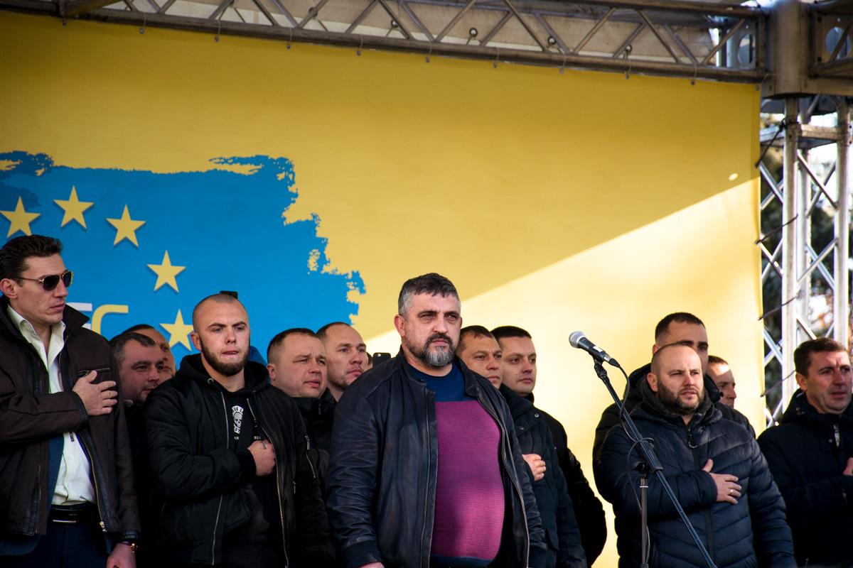 Активисты соорудили сцену, на которой по очереди выступали члены организации и депутаты