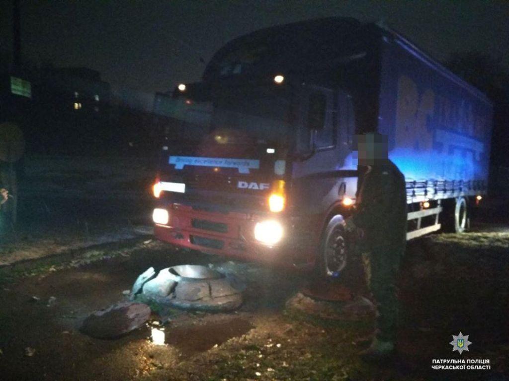 Пьяный водитель грузовика въехал в бордюр