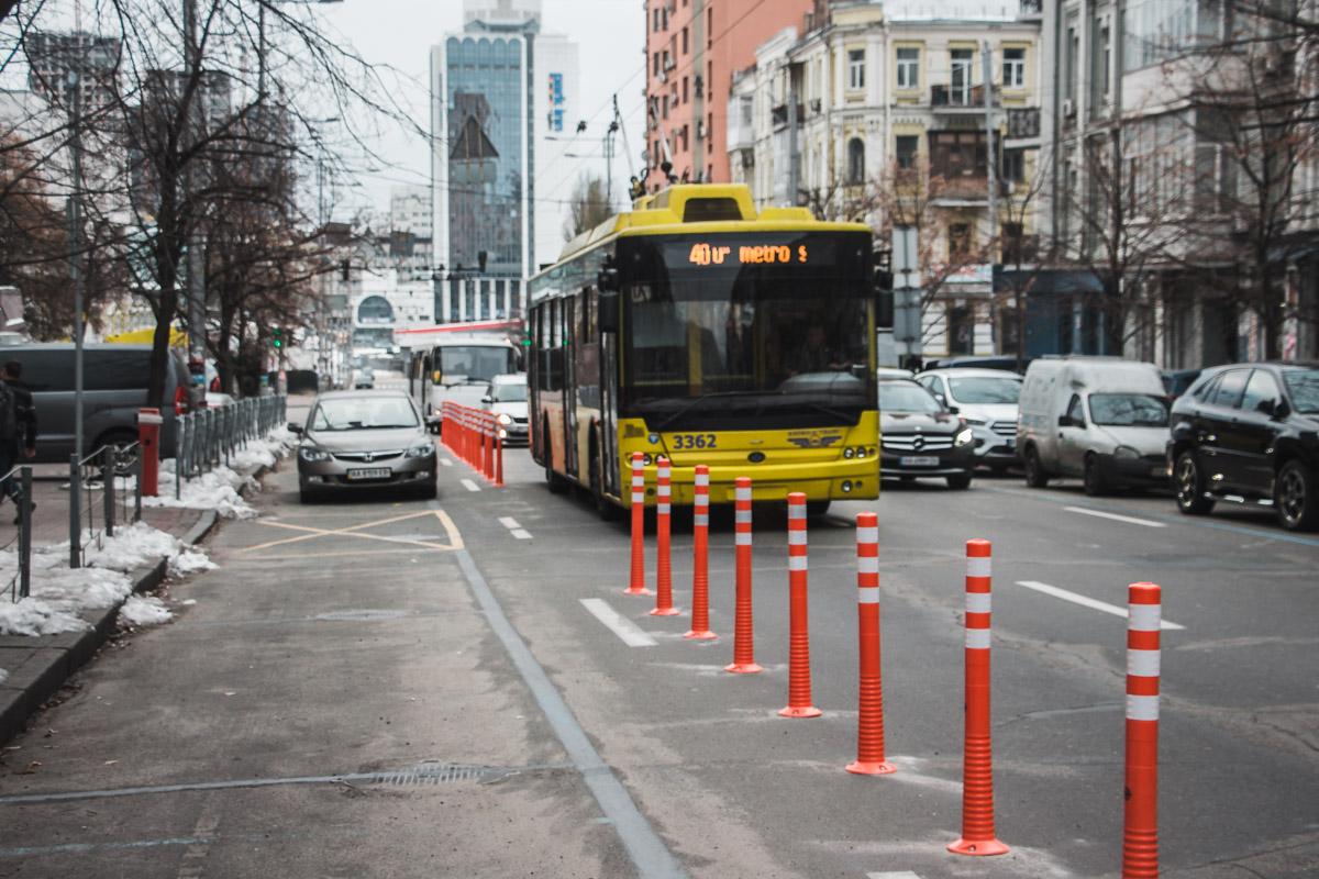 На улице Шота Руставели затруднено движение общественного транспорта