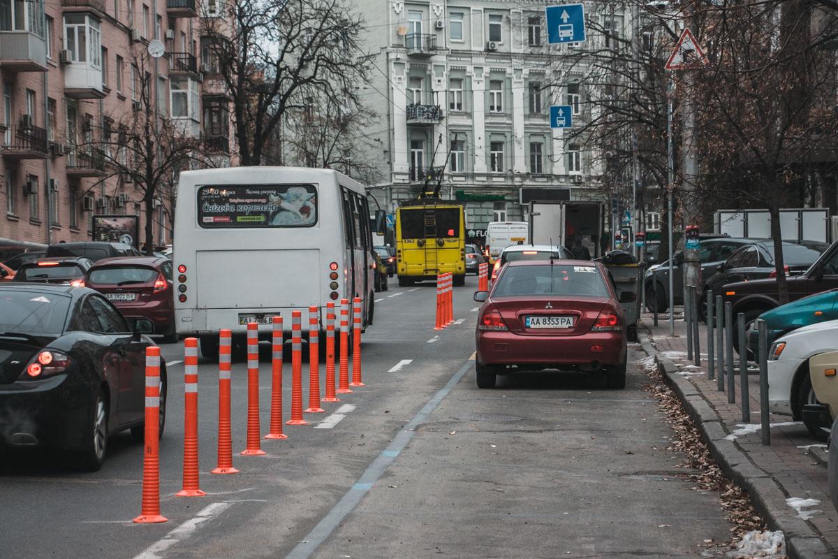 Это происходит из-за припаркованных в крайней правой полосе автомобилей