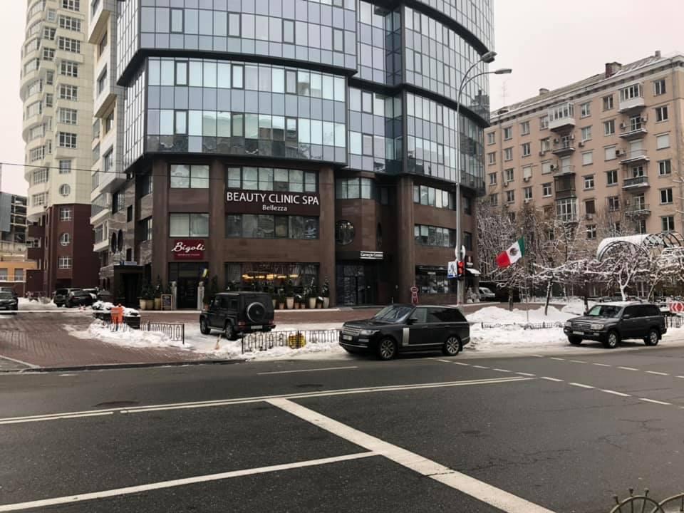 Святослав Вакарчук припарковался на пешеходном переходе