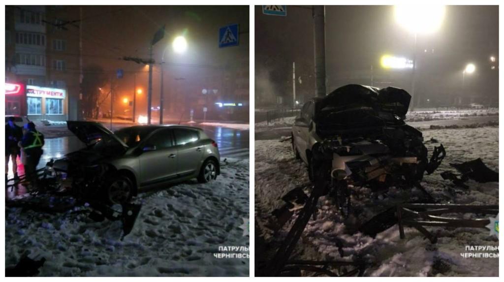 Водитель Renault столкнулся с металлическим ограждением