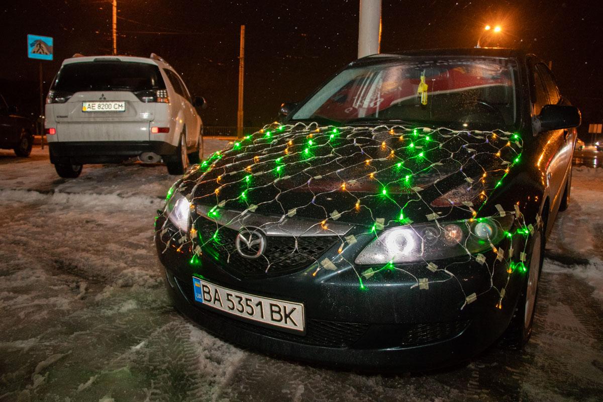 Владельцы украсили машины разноцветными светящимися огоньками, шуршащим дождиком и новогодними игрушками