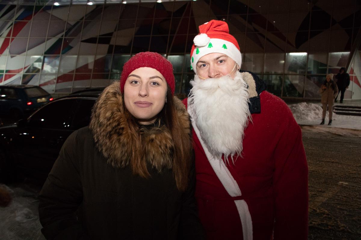 К своим нарядам участники отнеслись с не меньшим энтузиазмом: на мероприятии было несколько Дедов Морозов, снегурочки и люди в масках