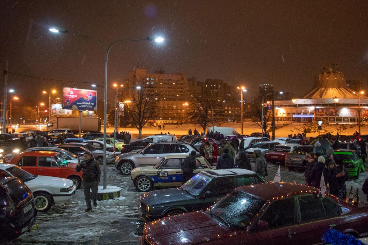 В 22:15 автопробег стартовал от парковки напротив цирка