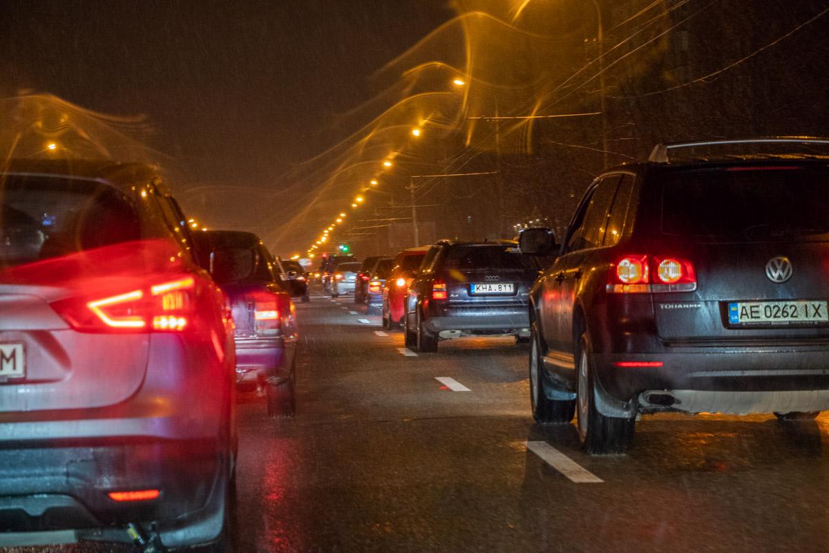 Водители проехали колонной по главной набережной Днепра до проспекта Гагарина, где устроили пятиминутный дрифт, после которого отправились колонной дальше