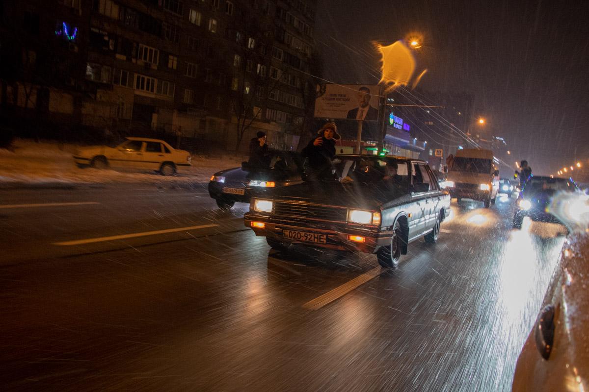 Пассажиры автомобилей-участников снимали видео, включали громко музыку и высовывались из окон авто