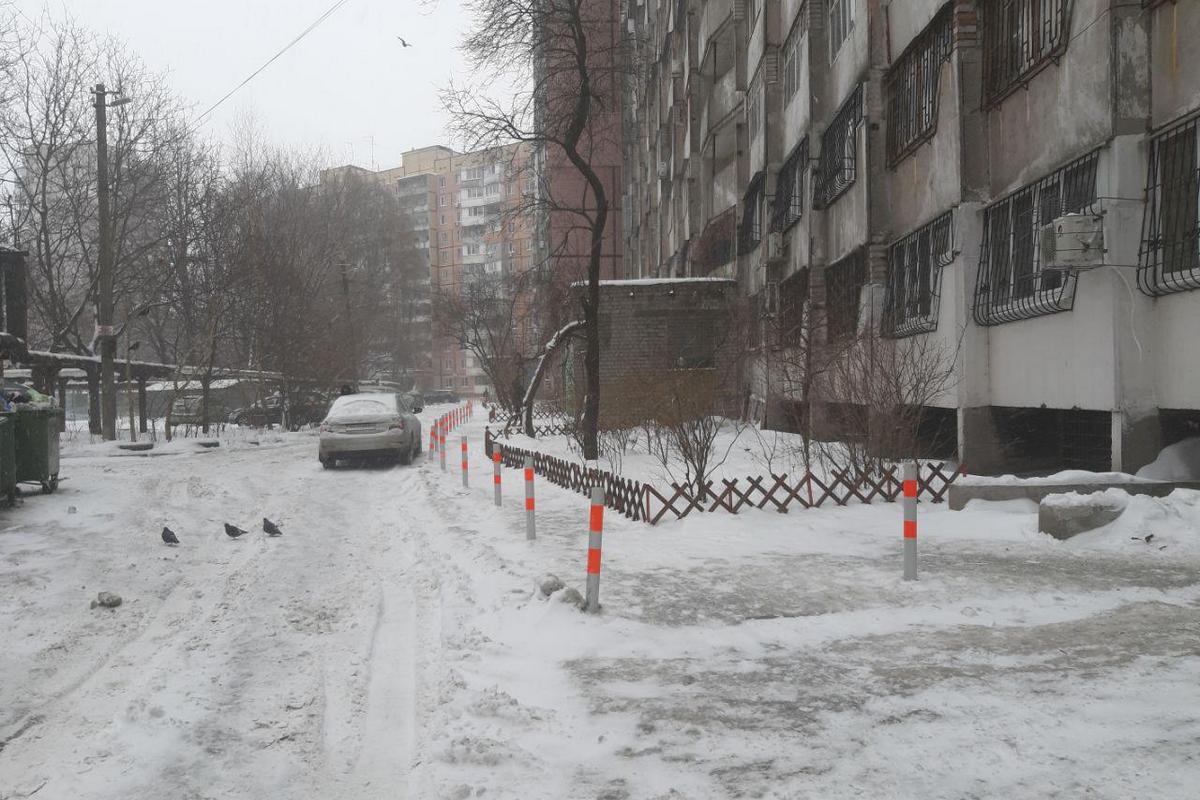 Столбики установлены вдоль всего тротуара