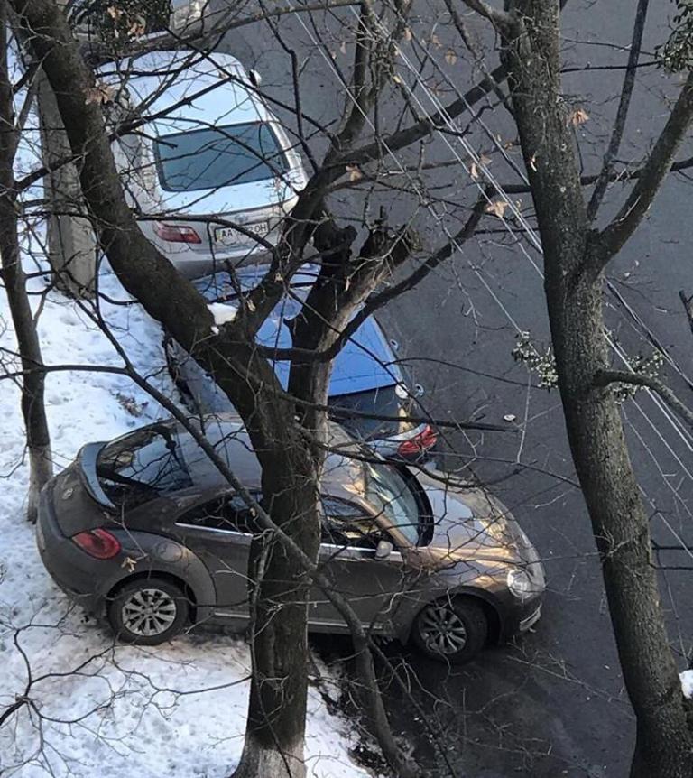 Водитель во время парковки поцарапала два автомобиля