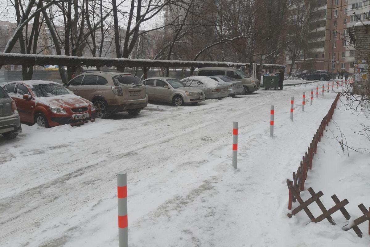 Водители паркуют свои авто на оборудованной парковке