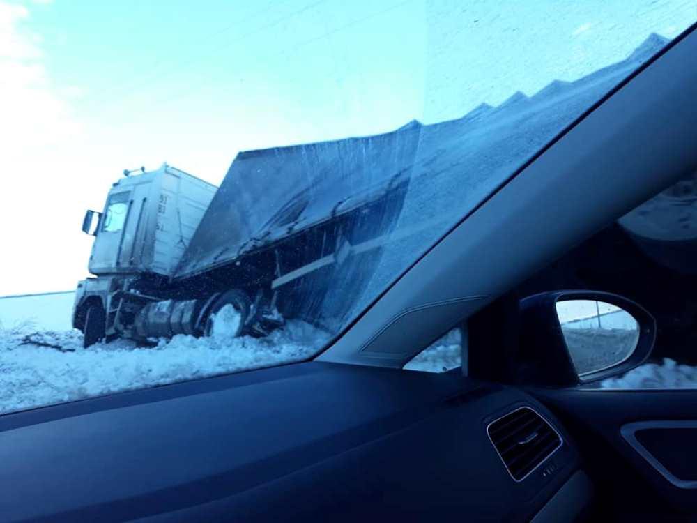 В направлении Днепр - Киев дороги покрыты слоем льда