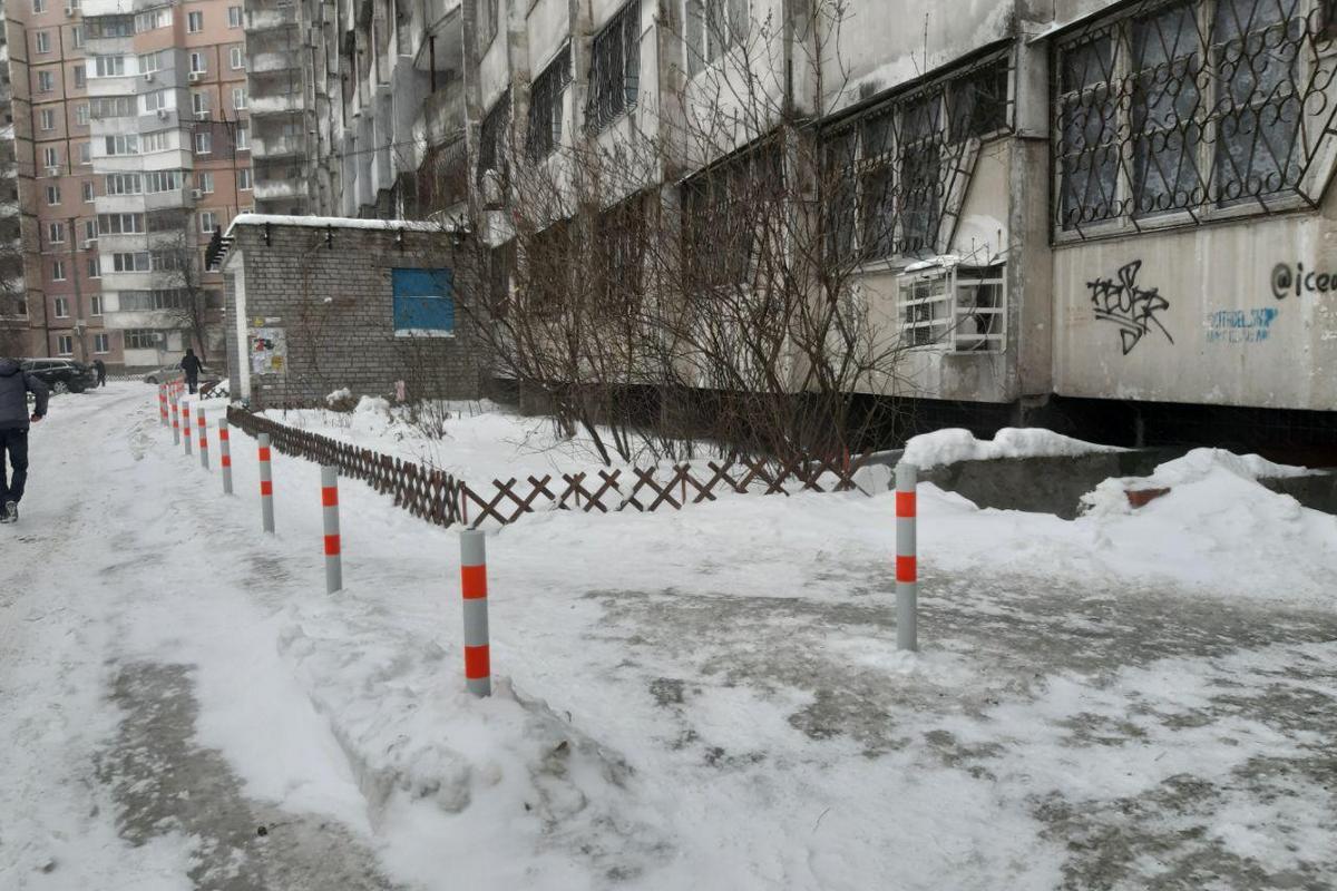 Жители домов установили антипарковочные столбики своими силами