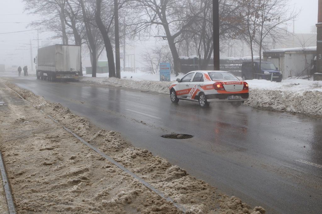 На проспекте Богдана Хмельницкого, 30 открыт люк